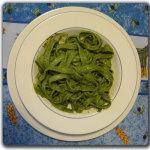 Tagliatelle agli spinaci con pesto di basilico e mandorle