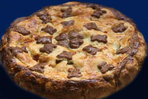 Torta di mele e amarene decorata con orsetti di pastafrolla al cioccolato.