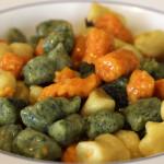 Gnocchi tricolore, a base di patate, zucca e coste.