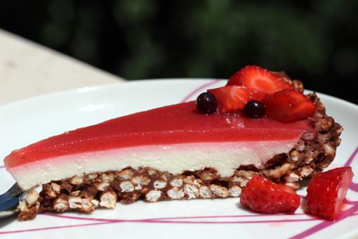 Cheesecake con base di riso soffiato e gelatina di fragola.