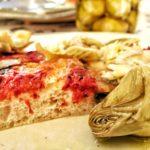 Pizza al taglio con pomodoro, mozzarella e carciofini.