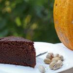 Torta di zucca con cioccolato, pistacchi, amaretti e mandorle.