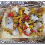 Focaccia multistrato con peperoni, olive e formaggio