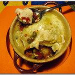 Cocotte di piselli e uova su crostini di pane