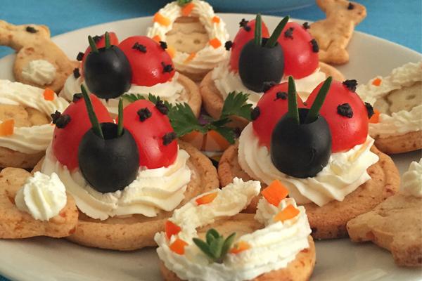 Coccinelle di pomodori e olive.