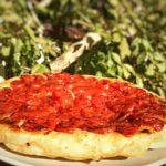 Pizza tatin con i pomodorini.